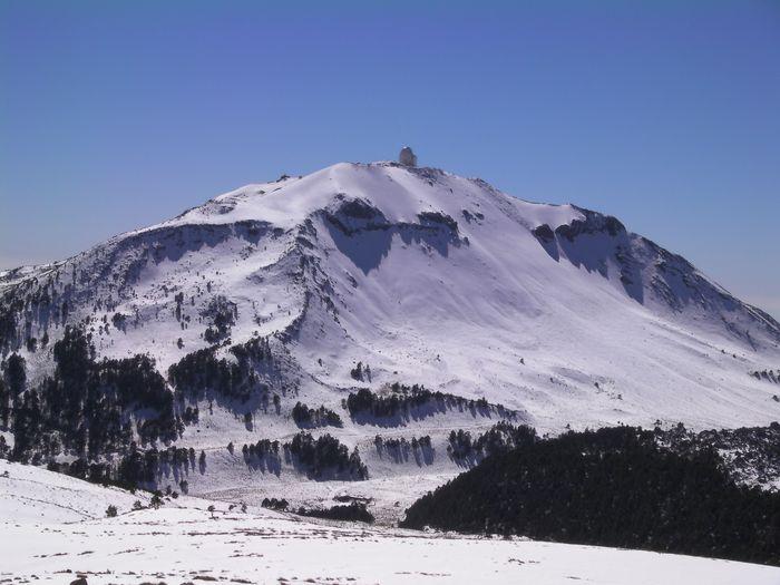 Sierra Negra con el Gran Telescopio Milimétrico en su cima